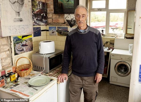 Người đàn ông sống với 9 con búp bê và luôn theo dõi tình đầu dù đã 50 năm không gặp