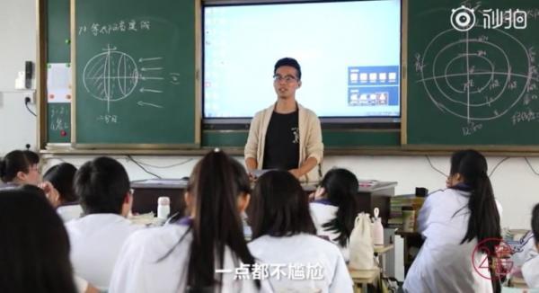Thầy giáo cặm cụi ghi lại lịch 'đèn đỏ' của nữ sinh để tiện bề quan tâm chăm sóc