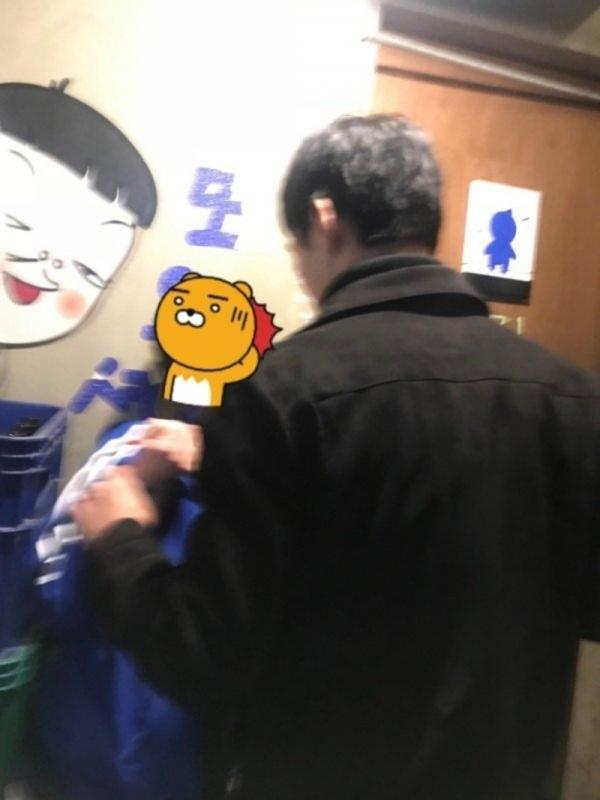 Hai phụ nữ bị bốn người đàn ông Hàn Quốc hành hung dã man vì để tóc ngắn và không trang điểm?