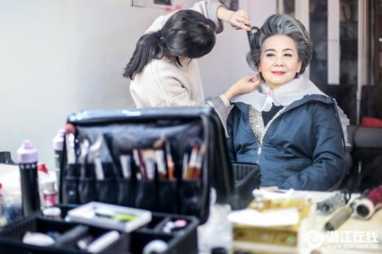 Gặp gỡ cụ bà 71 tuổi làm mẫu online tạo 100 dáng trong 1 phút, chụp với 150 bộ quần áo mỗi ngày
