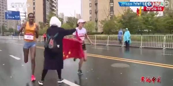 Cổ động viên cầm cờ Trung Quốc xông ra đường đua khiến một vận động viên mất cơ hội chiến thắng