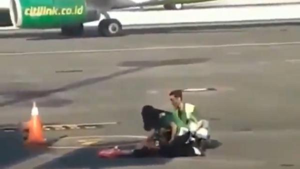 Trễ giờ check-in, cô gái liều mạng chạy bộ đuổi theo máy bay