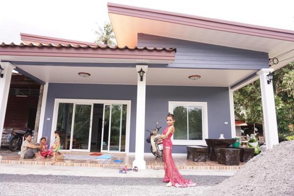 Cậu bé Thái Lan 12 tuổi đã mua được nhà, nổi tiếng nhờ phong cách trang điểm và thời trang khác giới