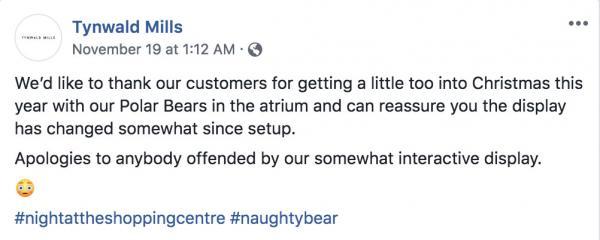 Trung tâm mua sắm trang trí Giáng Sinh bằng 2 chú gấu hư hỏng ngay giữa sảnh lớn