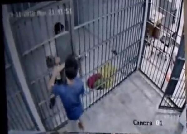 'Vượt Ngục' phiên bản Thái Lan: Nghi phạm giả vờ có rắn, lừa nhốt cảnh sát rồi tẩu thoát
