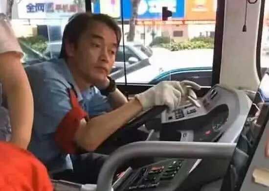 15 năm sau khi Trương Quốc Vinh tạ thế, xuất hiện tài xế xe bus giống hệt anh từ ánh mắt đến nụ cười