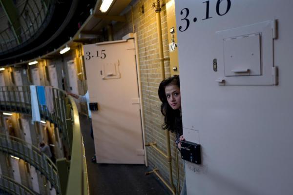 Không có tội phạm để giam, nhà tù trống ở Hà Lan trở thành nhà ở cho người tị nạn