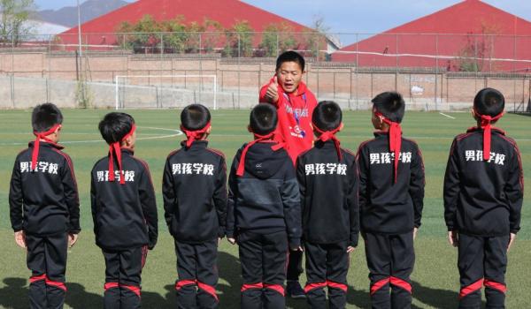 Phụ huynh Trung Quốc bỏ 50 triệu cho con học một khóa 'chịu khổ' ở trường đào tạo đàn ông đích thực