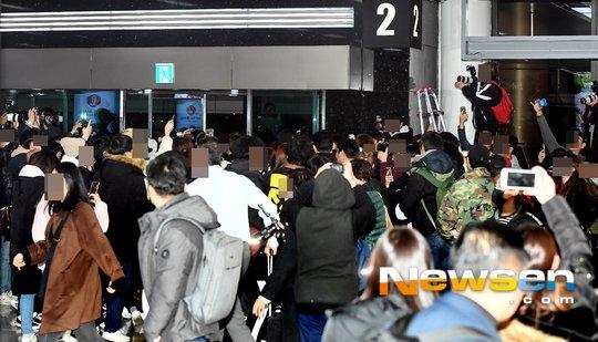 Mới trở lại Hàn, IZ*ONE lập tức khiến sân bay hỗn loạn, bảo vệ giận dữ cực điểm