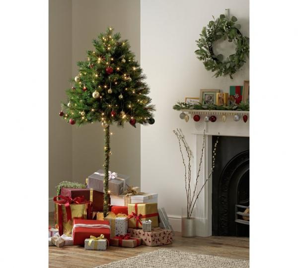 Cây thông nửa thân lá sẽ vô hiệu hoá mọi ước mơ quậy phá của lũ mèo trong mùa Giáng Sinh