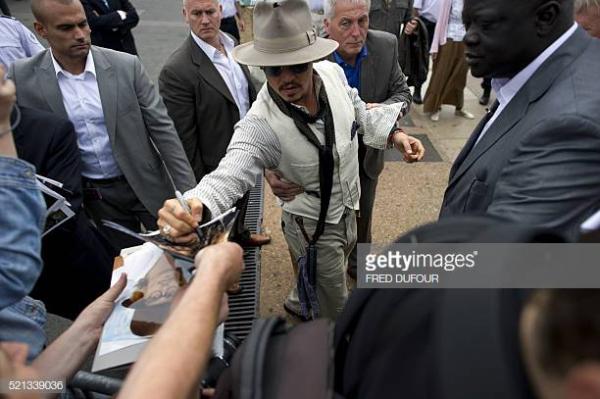 Cuộc chiến của Johnny Depp và vệ sĩ: Người muốn ký tặng đến phát điên, người nhất quyết ngăn cản
