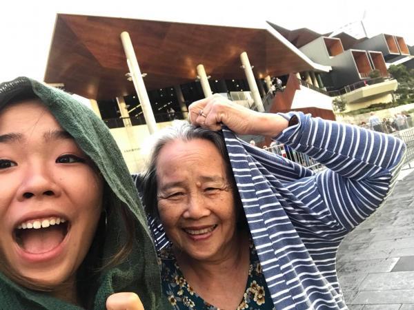Cô gái 17 tuổi đưa bà đến Sydney xem concert của thần tượng 'gây sốt' cộng đồng mạng vì quá đáng yêu