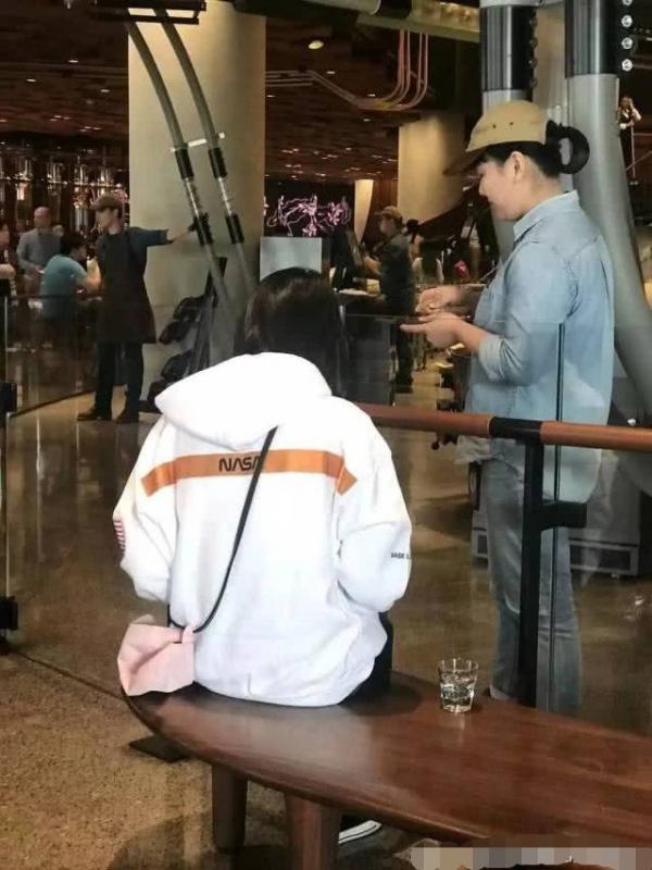 Phong cách hẹn hò lạ lùng của Trịnh Sảng: Đi chơi với bạn trai luôn dắt theo một người thứ ba