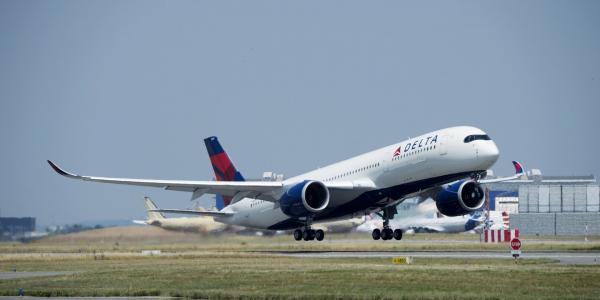 Nam hành khách tố bị phi công gửi tin nhắn 'thả thính' ngay giữa chuyến bay