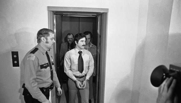 Trong khi bên ngoài đầy F.A, phạm nhân trong tù lại thi nhau... kết hôn