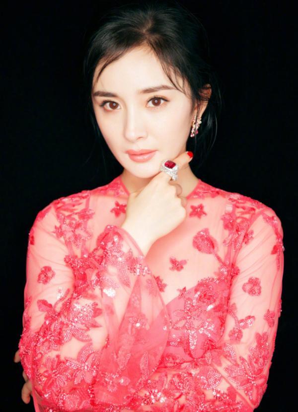 Fans đòi đuổi stylist của Dương Mịch vì 'người ta diện đến thiết kế thu đông, mình mới mặc đồ đầu thu'