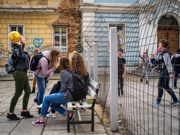 Hai sắc tộc, hai lớp học ngăn cách bằng rào thép gai ngay trong một trường học châu Âu