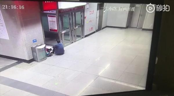 Nhà mất điện, bố vẫn kiên trì đưa con gái đến ga tàu điện ngầm để hoàn thành bài tập về nhà