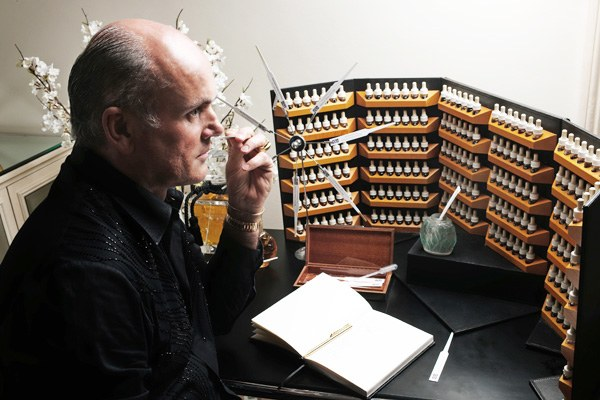 Huyền thoại chế tạo nước hoa Roja Dove: Người có chiếc mũi nhận biết được 800 mùi hương
