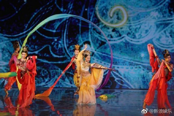 Tạm quên Cáp Ni Khắc Tư đi, Đồng Lệ Á mới chính là tiên nữ có nhan sắc và điệu múa mê hoặc nhân gian
