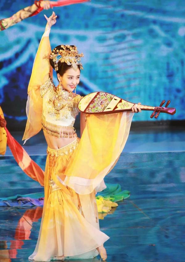 Đâu chỉ vũ khúc với đàn tỳ bà hớp hồn fan, Đồng Lệ Á còn có hàng loạt khoảnh khắc xuất thần này đây!