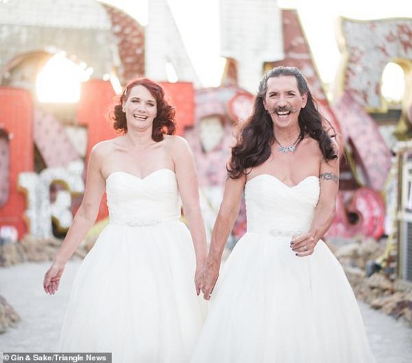 Chú rể quyết định 'sống thật' với bản thân khi diện hẳn... váy cưới vào ngày trọng đại của mình