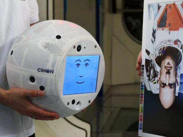 Bị yêu cầu tắt bài hát yêu thích, chú robot giận dỗi và cảm thấy tổn thương