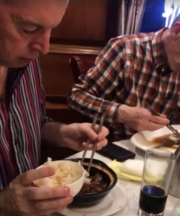Người phương Tây ăn đồ Trung nhưng mỗi người chia nhau một món khiến dân mạng cười vật vã