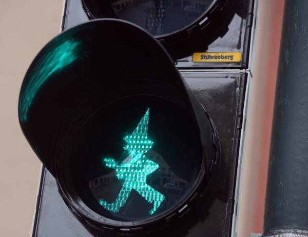 'Rớt não' khi tham gia giao thông với những tín hiệu đèn đường oái oăm ở Đức