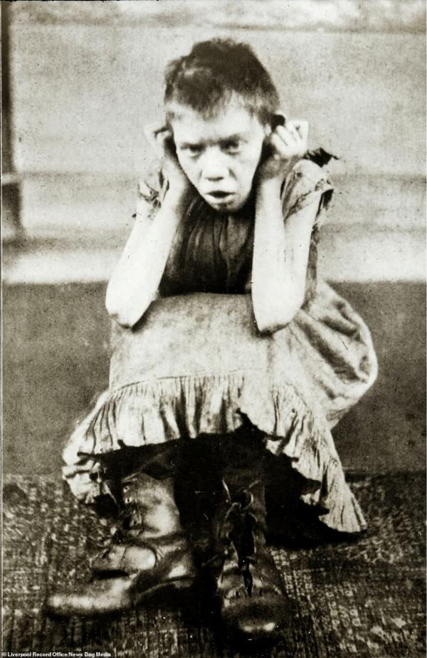 Mặt trái của thời Victoria thịnh vượng: Những đứa trẻ nghèo khó phải ngụp lặn trong rác rưởi, làm đủ nghề để kiếm ăn