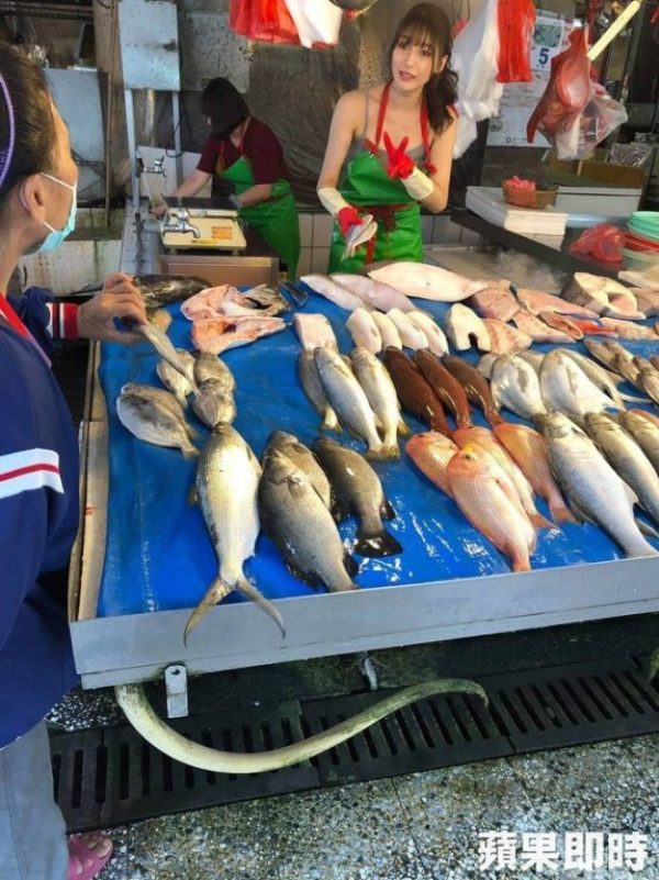 Quá xinh đẹp, cô gái giúp mẹ bán cá gây vỡ chợ từ sáng sớm