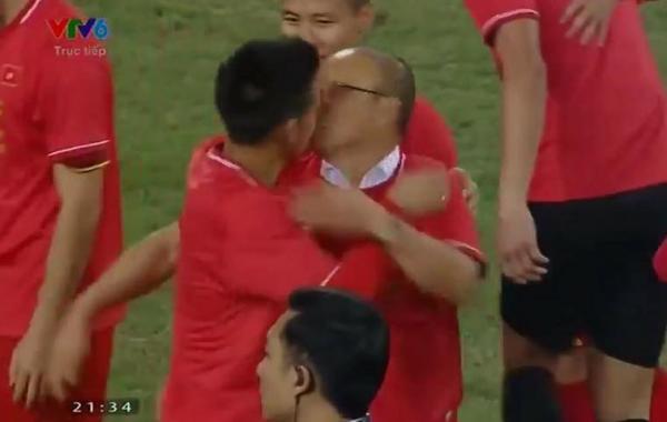 Khoảnh khắc rối bời nhất đêm nay: Nụ hôn 'suýt nữa thì...' của Văn Quyết và thầy Park Hang Seo