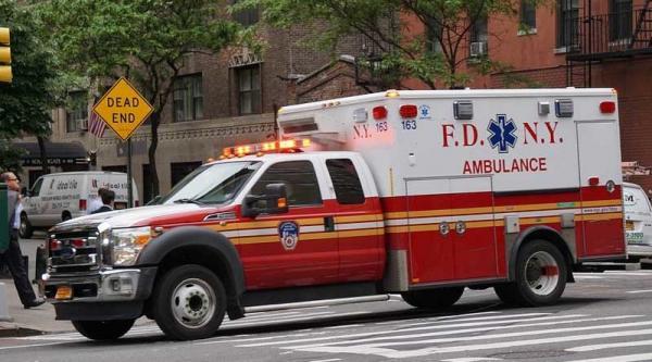 Tài xế xe cứu thương lên cơn đau tim, bệnh nhân đành tự cầm tay lái