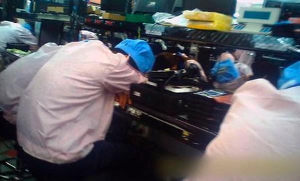 Cựu sinh viên trải nghiệm cuộc sống của một công nhân làm việc tại xưởng sản xuất iPhone