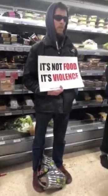Nhóm ăn chay gây náo động tại siêu thị khi ngăn cản mọi người mua thịt gà