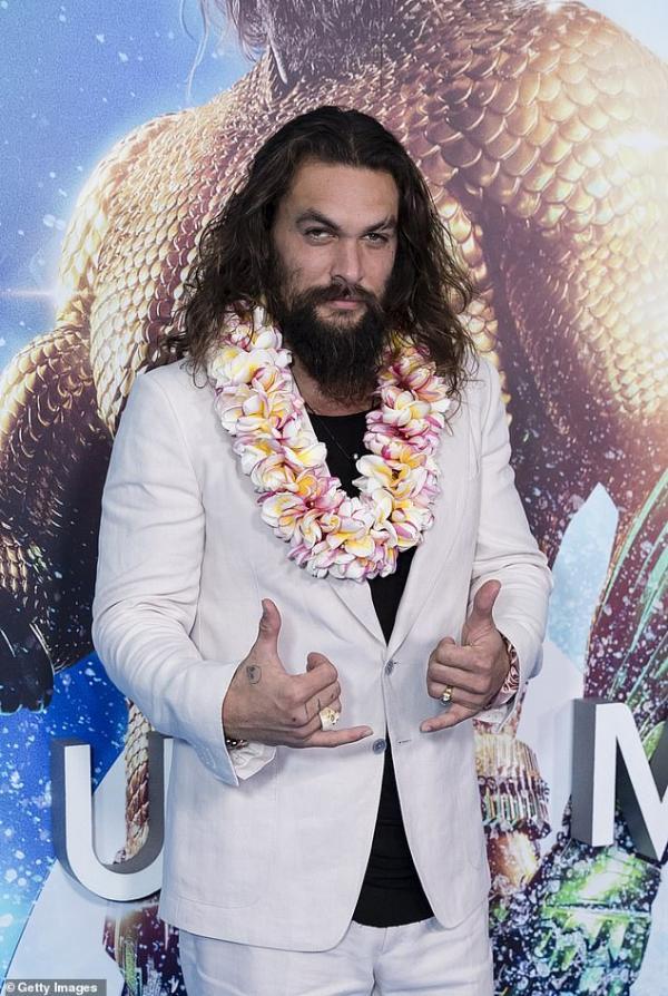 Quyết không muốn giống tượng sáp 'Aquaman', Jason Momoa đi giày hồng và buộc tóc hai bên