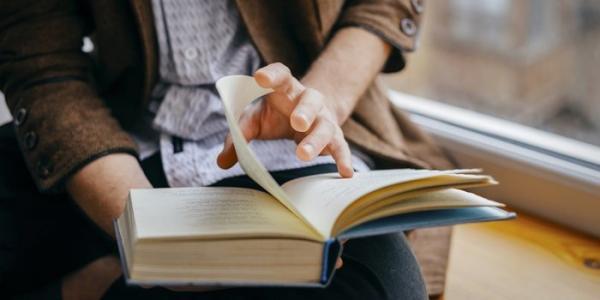 Thời gian dành 'lả lướt' mạng xã hội mỗi năm đủ để bạn đọc đến 200 cuốn sách