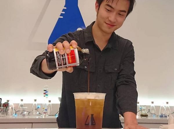 Cửa hàng trà sữa ở Mỹ sử dụng... siro ho để pha chế đồ uống mới