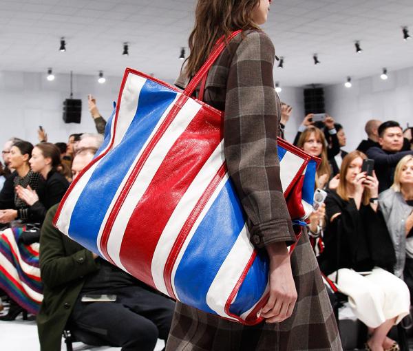 'Túi đi chợ' vẫn xuất hiện đều đặn trong những bộ sưu tập thời trang nổi tiếng năm 2019
