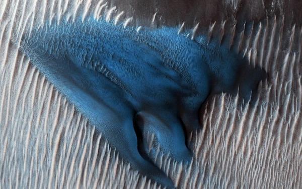 NASA phát hiện đụn cát màu xanh tuyệt đẹp trên sao Hoả