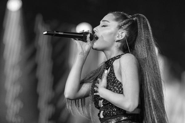Đoán xem ai là người viết những câu đậm chất 'ngôn tình' này, Ariana Grande hay Shakespeare?