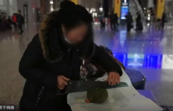 Tiếc của, bà chị ăn hết cả quả sầu riêng ngay tại chỗ vì không thể mang lên tàu
