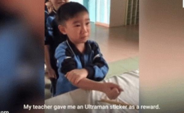 Cậu bé sợ tiêm tự trấn an mình: 'Là con trai phải dũng cảm lên'