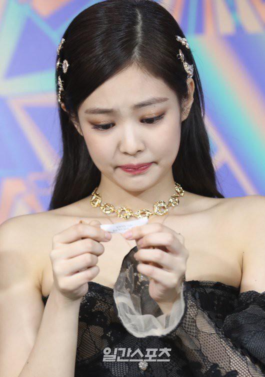 Jennie rơm rớm nước mắt trên sân khấu GDA 2019: Fan suy đoán bị YG phạt hoặc áp lực hẹn hò?