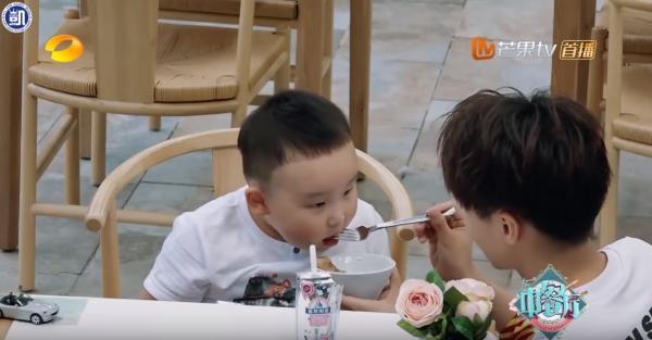 Khoảnh khắc các nam thần Hoa ngữ chăm em bé khiến fan mơ về 'ngôi nhà và những đứa trẻ'