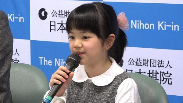Cô bé 9 tuổi trở thành kỳ thủ cờ vây chuyên nghiệp trẻ nhất thế giới