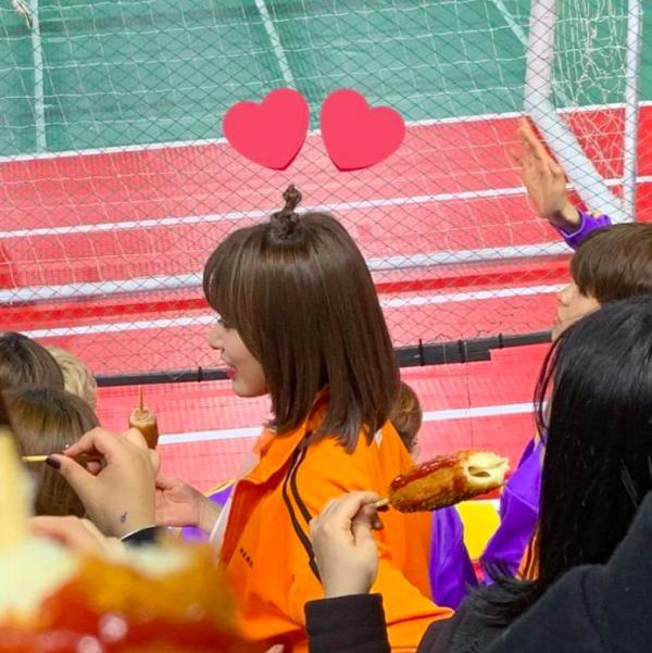 Khoảnh khắc dễ cưng nhất ISAC hôm nay: Nữ idol đói bụng đi ăn ké hotdog của fandom hàng xóm