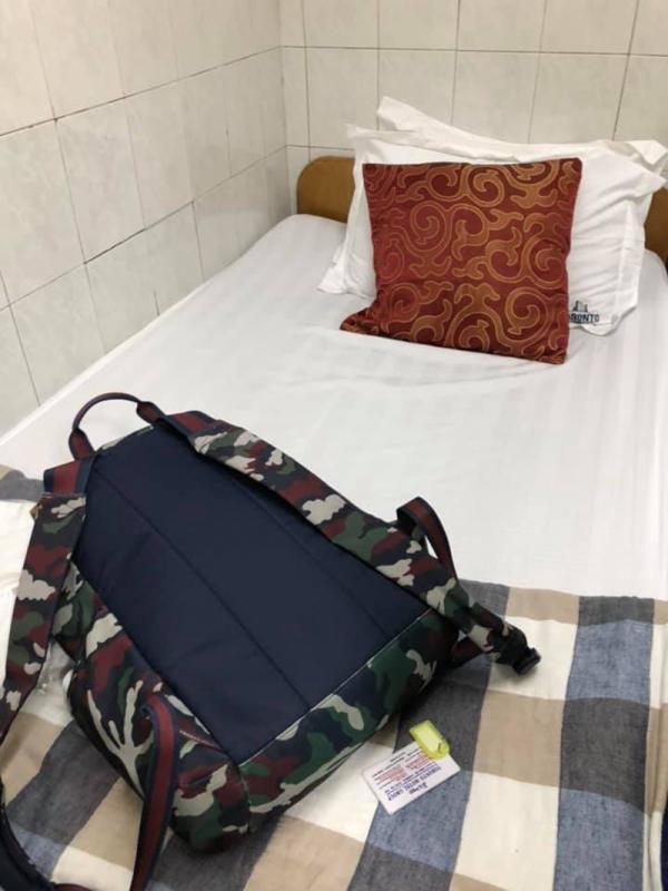 Vị khách choáng váng vì căn phòng nhỏ như 'quan tài', view... nhà vệ sinh ở Hong Kong