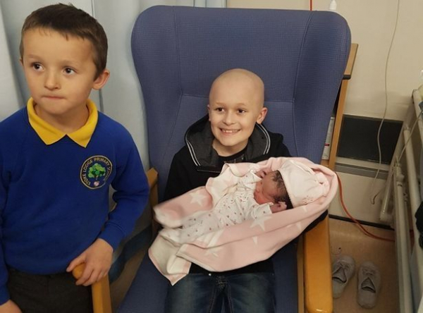 Nhói lòng câu chuyện về cậu bé chiến đấu với căn bệnh ung thư từng ngày để nhìn thấy em gái chào đời