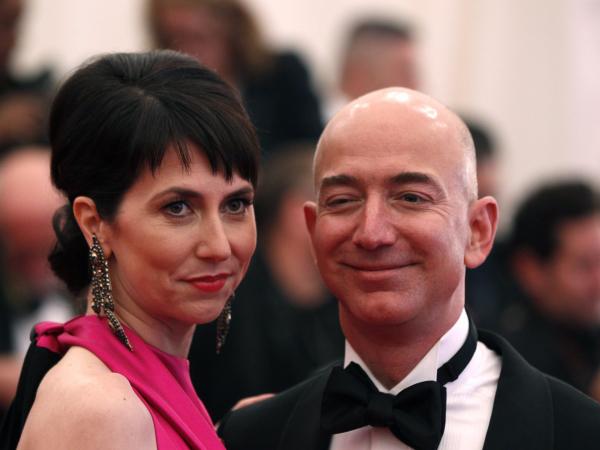 Tỷ phú Amazon 25 năm vẫn rửa bát cho vợ, cuối cùng ly hôn vì... ngoại tình